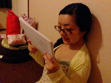 居間で台本を読む妻 笹野鈴々音
