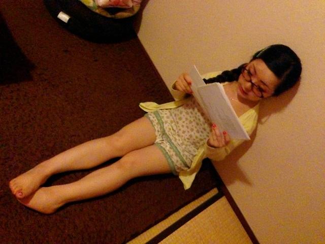 居間で台本を読む妻