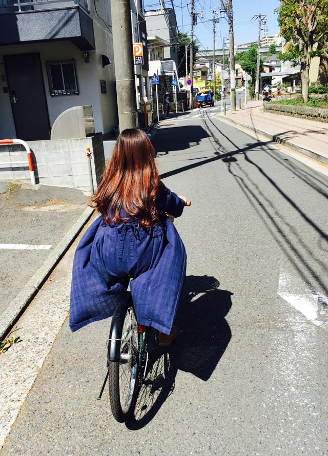 自転車に乗る妻